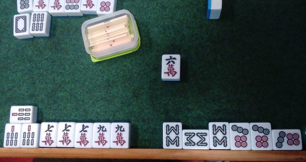 Une main de mahjong gagnante qui vaut cher (tout brelan, triple brelan, tout ordinaire, 3 dora)